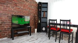 Raya Maisonette - TV and table